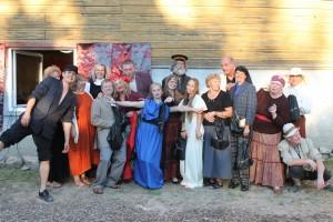 Sadala Külade teatri ja Iisaku Rahvamaja näiteringi liikmed pärast lõppetendust. Foto: Kertu Tutt