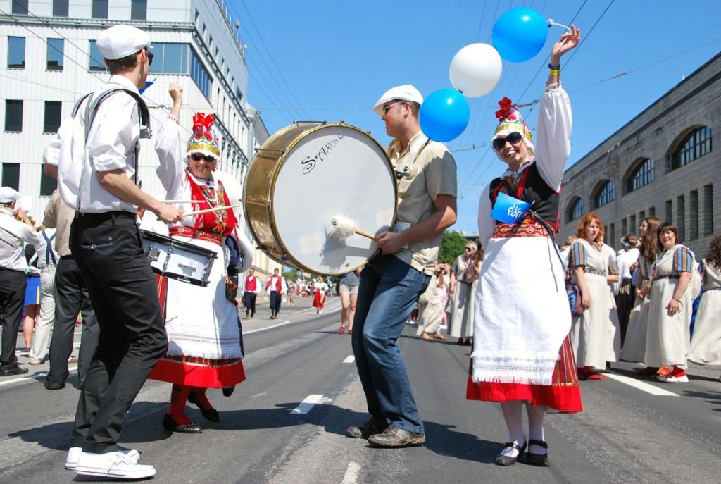 Saxon XXVI laulu- ja XIX tantsupeo Aja puudutus Puudutuse aeg rongkäigus 2014 a juulis Foto Urmas Saard