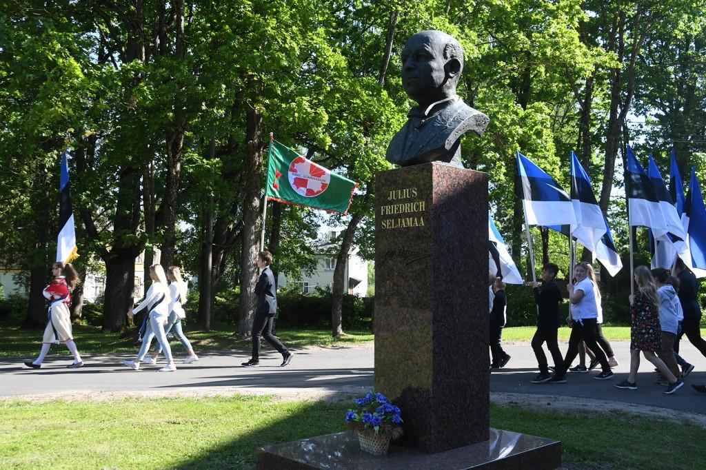 Seljamaa monumendist mööduvad Sindi gümnaasiumi liputoimkond ja Eesti lipu seltsi noored abilised – Sindi gümnaasiumi õpilased. Foto Urmas Saard