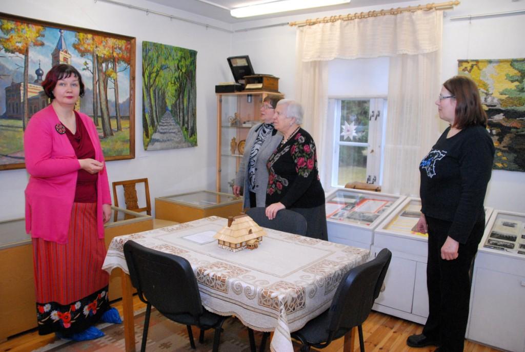 Seljametsa muuseumi juhataja Annika Põltsam (vasakul) ja Laine Järvemäe Sindi muuseumis Foto Urmas Saard