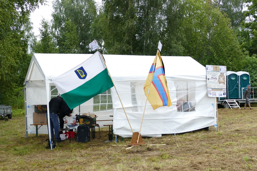 Setomaa ja Ingerimaa ajaloolised lipud Seto Kuningriigi päeval toimunud suveülikooli telgi juures. Foto erakogust