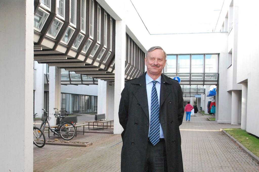 Siim Kallas saabumas Pärnu Tervise konverentsikeskusesse. Foto Urmas Saard