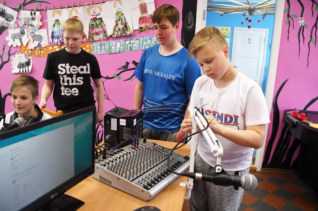 Sindi Raadio meeskond, paremal esiplaanil Kaur Kasemaa, saatejuht ja raadioajakirjanduse ringi eestvedaja Foto Urmas Saard