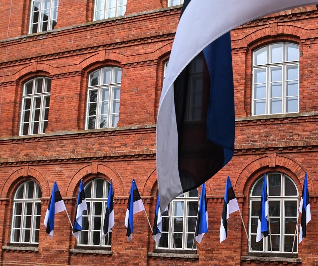 Sindi gümnaasium lippude ehtes. Foto Urmas Saard
