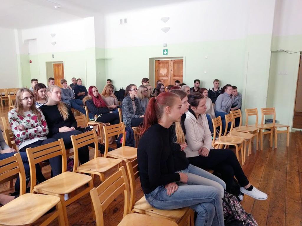 Sindi gümnaasiumi õpilased kuulavad Barbara Lehtna loengut Foto Kristi Suppi