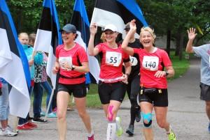 Sindi gümnaasiumi õpilased tervitavad sinimustvalgete lippudega maratoonareid Tänavu jõuab esimene jooksja samasse punkti orienteeruvalt 1540 Foto Urmas Saard