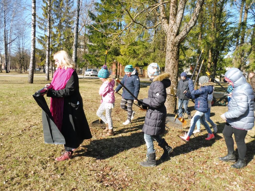 Sindi gümnaasiumi 3a klass läheb talgutele Foto Urmas Saard