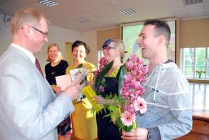 Sindi gümnaasiumi direktor Ain Keerup tänab kontserdi ettevalmistajaid Foto Urmas Saard