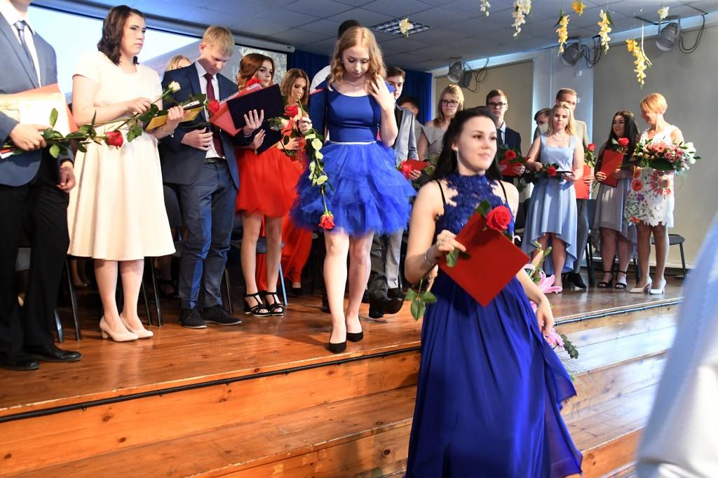 Sindi gümnaasiumi põhikooliastme lõpetajate aktus on lõppenud. Foto Urmas Saard