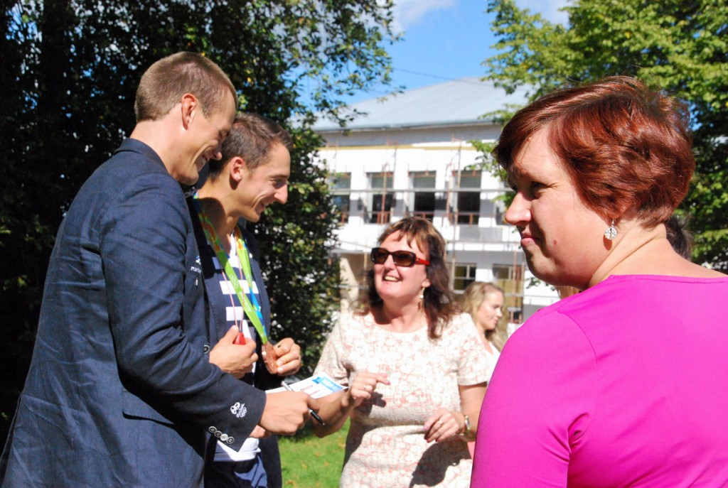 Sindi inimesed tervitavad Sten-Erik Andersoni ja Allar Raja Foto Urmas Saard