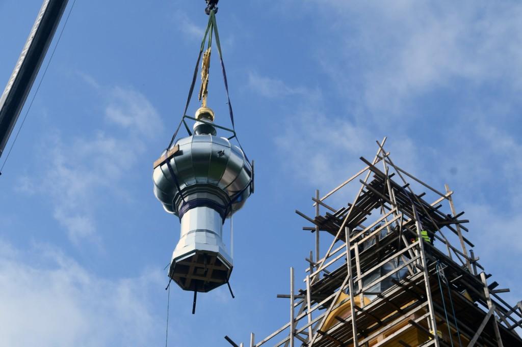 Sindi kiriku kellatorni taastatud kuppel ja kullatud rist tõstetakse oma kohale tagasi Foto  Urmas Saard