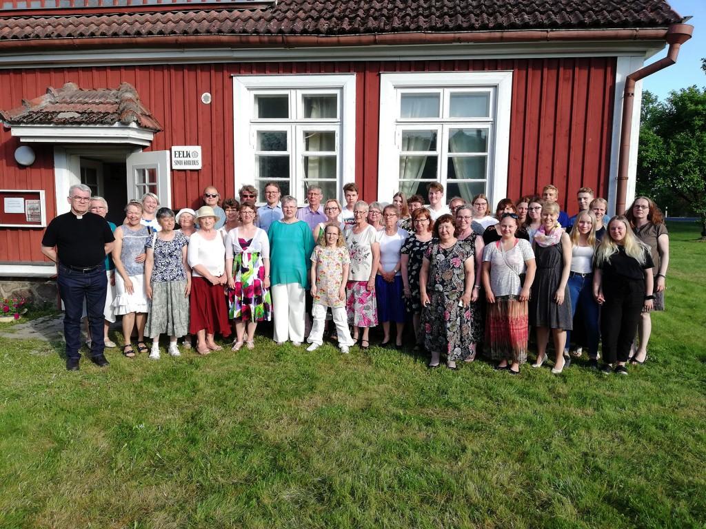 Sindi koguduse inimesed ühiselt Soome külalistega Sindis. Foto Alice Laanemaa