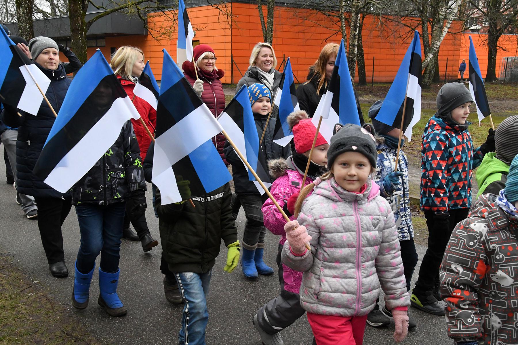 Sindi lasteaed on jõudnud lippudega jalutades Kooli tänavale. Foto Urmas Saard