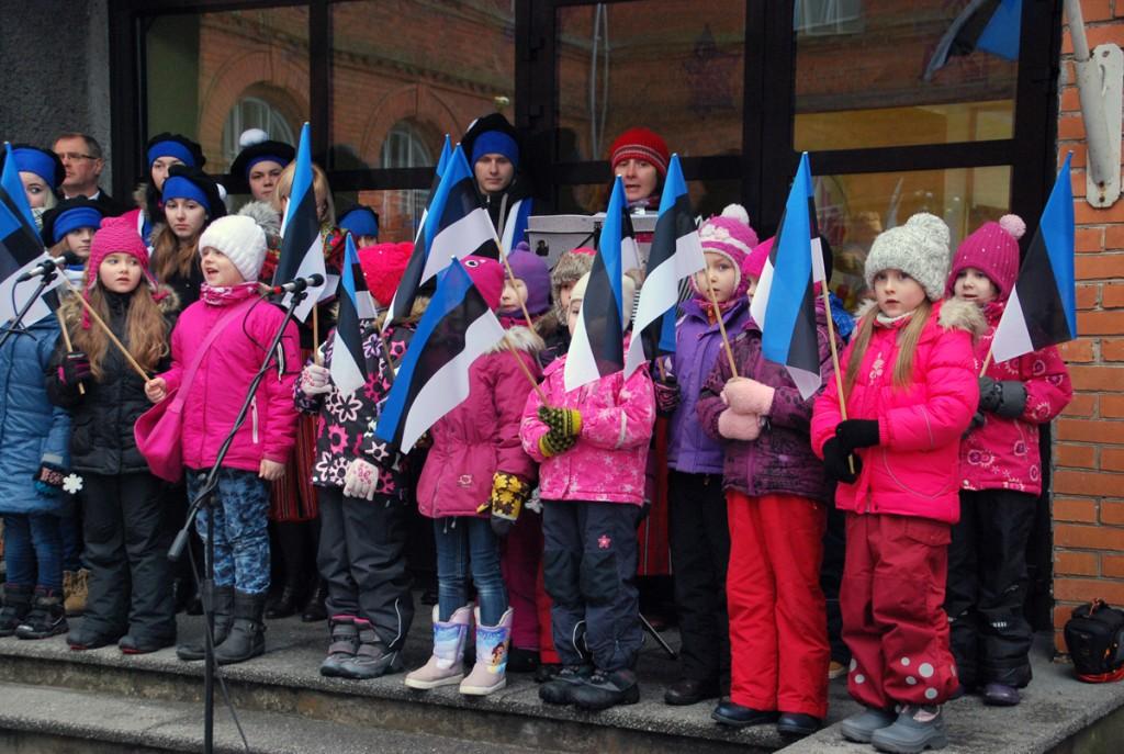 Sindi lasteaia mudilased Sindi gümnaasiumi trepil Foto Urmas Saard
