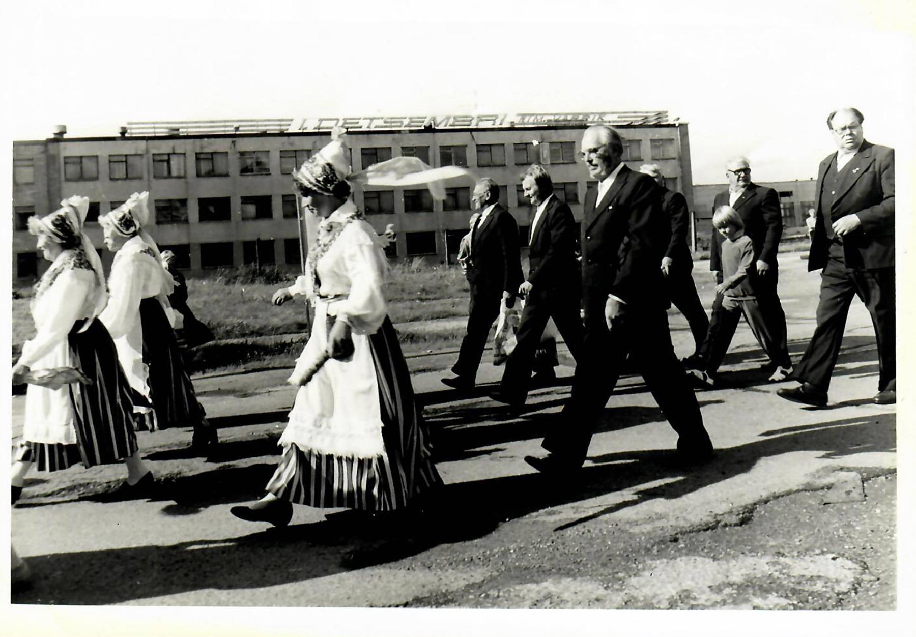 Sindi linna 50. juubelipidustuse rongkäigu algus. Foto Sindi muuseumi arhiivist