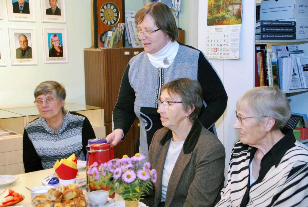 Sindi muuseumi juhataja Heidi Vellend pakub ajalooklubis kohvi ja pirukaid Foto Urmas Saard