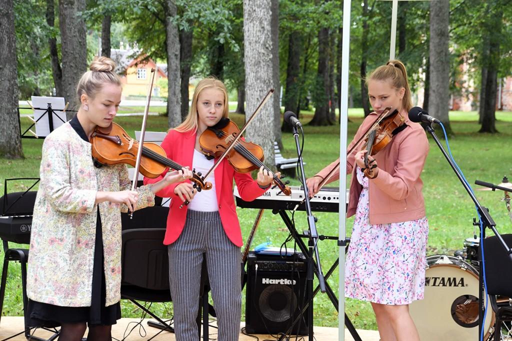 Sindi muusikakooli viiuldajad Kirikupargi kontserdil Foto Urmas Saard
