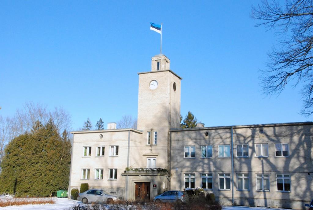 Sindi raekoja torni kaunistab lipp ja Presidendi kell Foto Urmas Saard