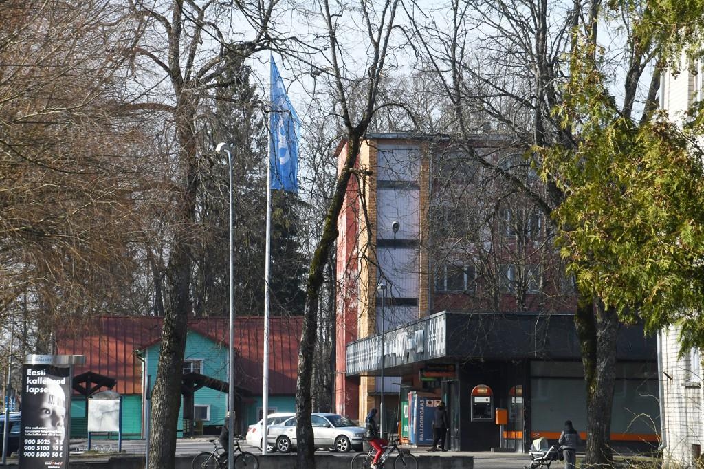 Sindis Jaama tänaval töötab kümnendat aastat apteek, mis avati pärast Konsumi poe renoveerimist. Ostjaid teenindab üks proviisor ja üks farmatseut. Foto: Urmas Saard
