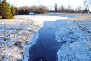 Sindis, Paide maantee ja Raudtee tänava vahel olevat tiiki katab õhuke jääkoorik Foto Urmas Saard