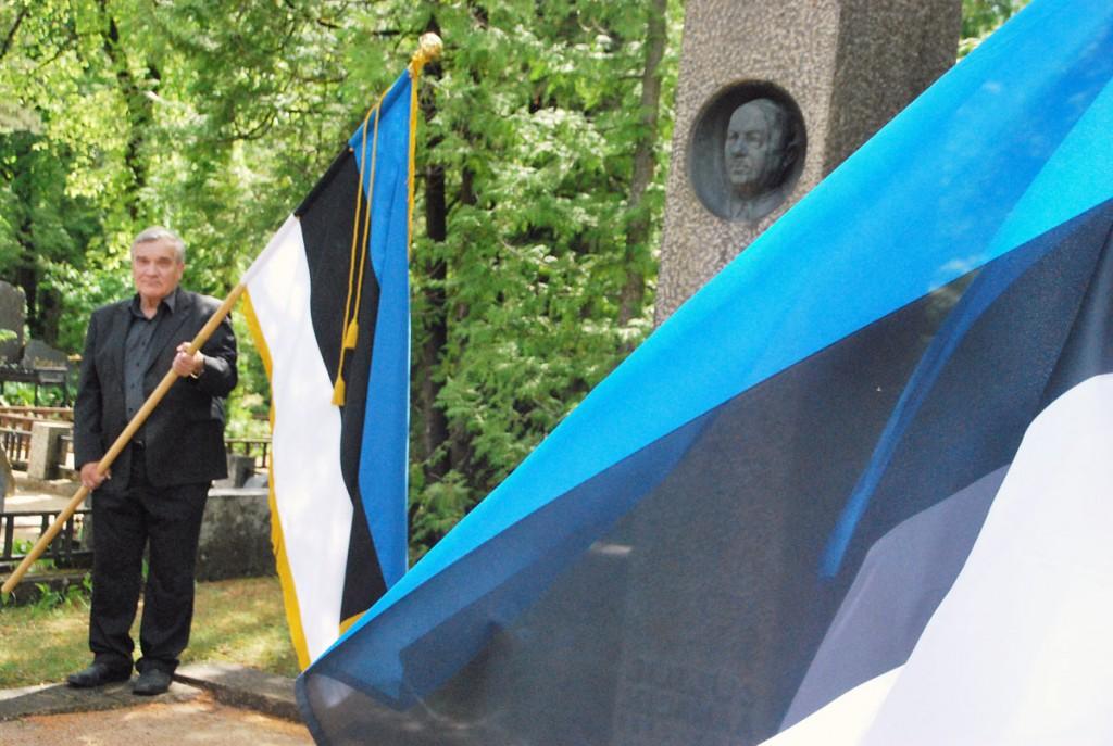 Sintlased auvalves Julius Seljamaa hauamonumendi juures, Tallinna Rahumäe kalmistul Foto Urmas Saard