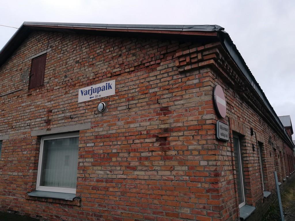 Suur-Posti tänavaäärne viit Pärnu täiskasvanute varjupaika. Foto: Urmas Saard