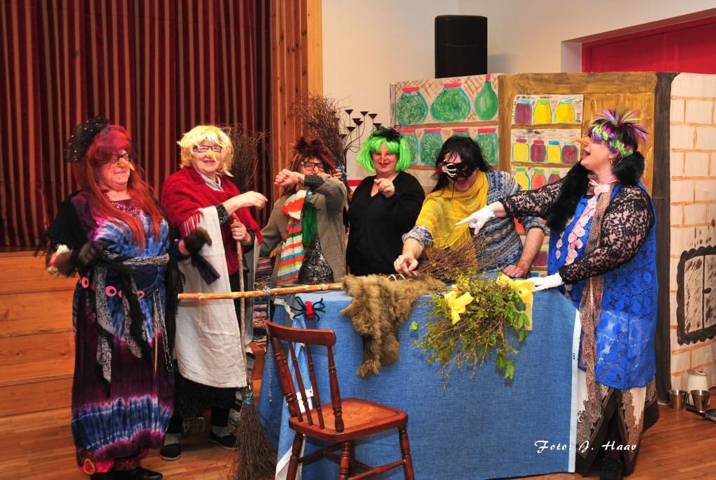 Täiskasvanud nõidade kehastajad Sadala külateatris lavastatud etenduses Väike Nõid. Foto Johannes Haav