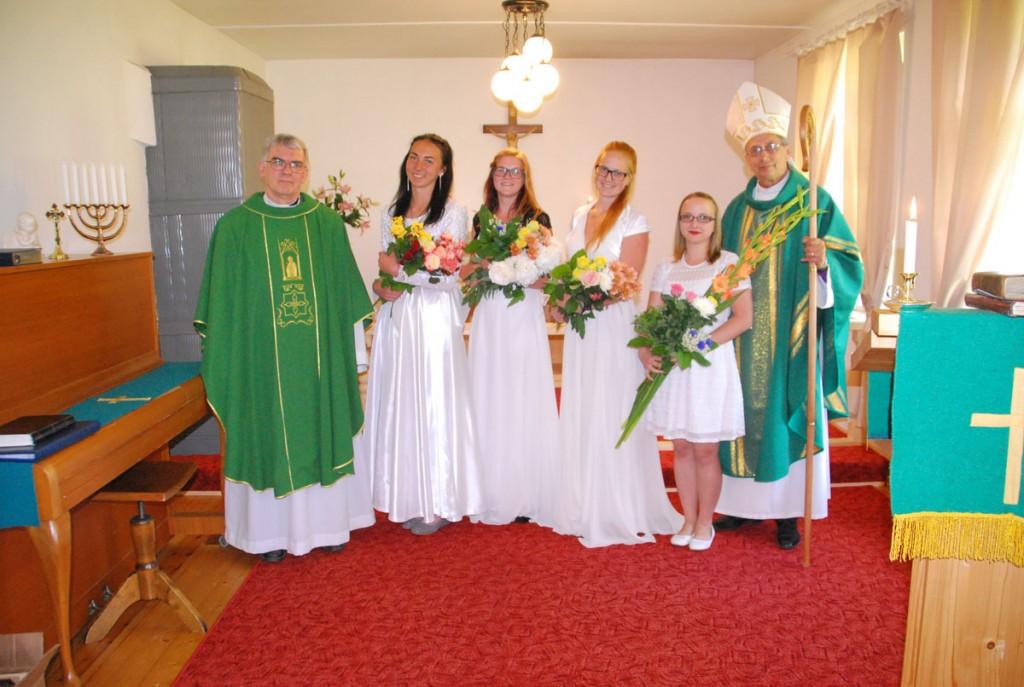 Täna EELK Sindi koguduses leeriõnnistuse saanud noored Foto Urmas Saard