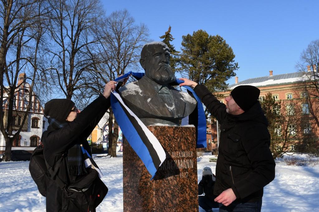 Tõiv Jõul ja Indrek Aija Oskar Alexander Brackmanni mälestusmärki kaunistamas Foto Urmas Saard