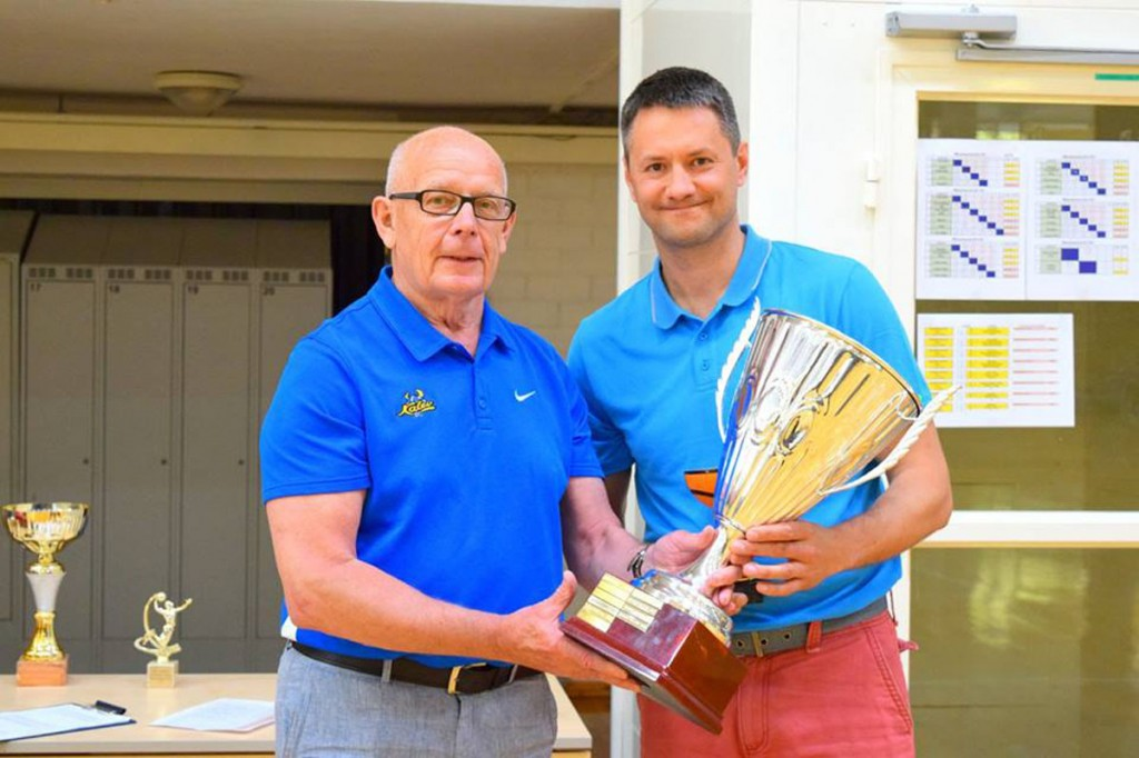 Tõnno Lepmetsa karika võitis Gert Hendrikson (pildil ka Esto Maxibasketi aupresident Aadu Kana)