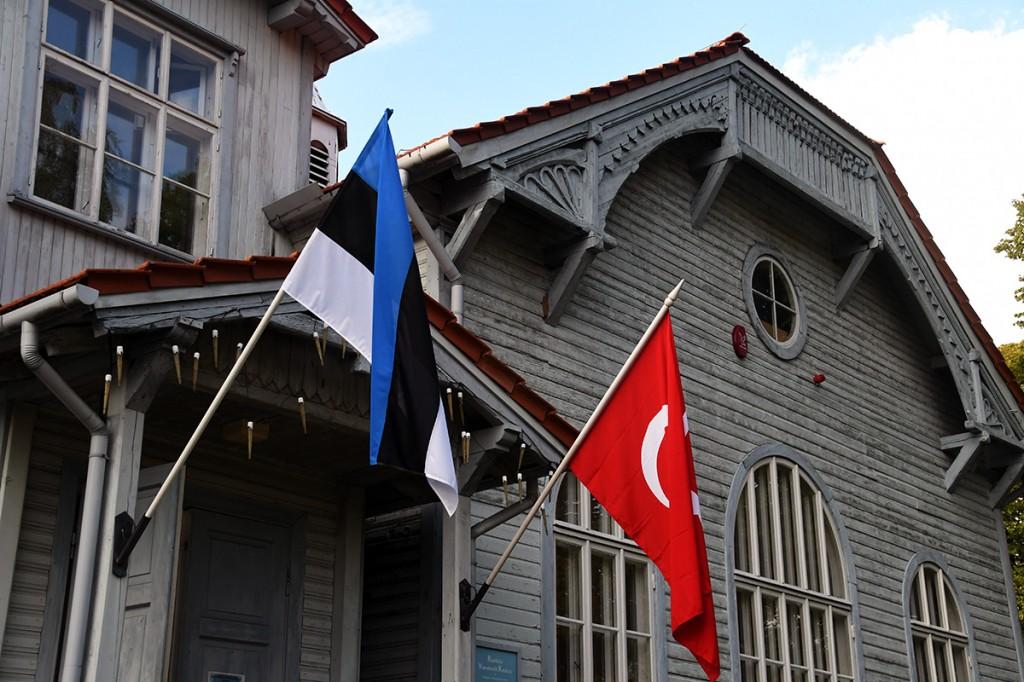 Türgi teemanädalal Pärnus ehivad Raeküla Vanakooli keskuse hoonet Eesti ja Türgi riikide lipud Foto Urmas Saard