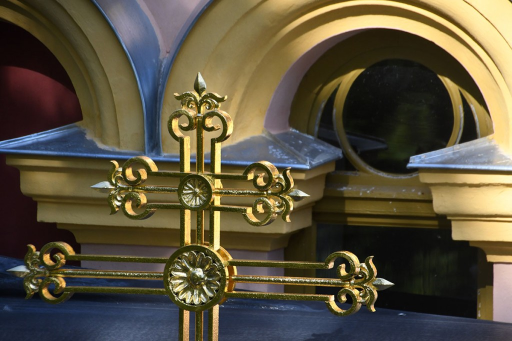 Taastatud rist Sindi Jumalailmumise kiriku sammaskoja katusel tagasi Foto Urmas Saard