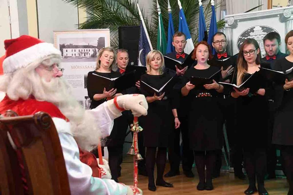 Tallinna Vanalinna segakoor esineb jõuluvanade konverentsil Tõstamaa mõisas. Foto Urmas Saard