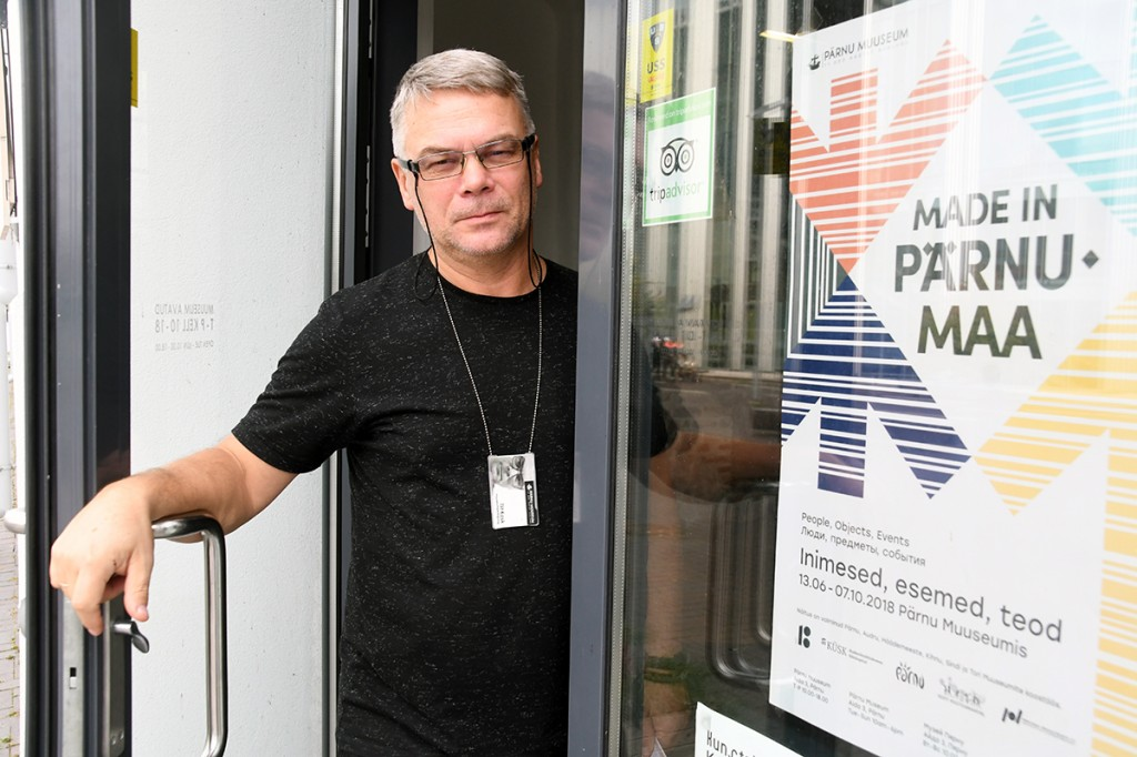 Tiit Kask avab Pärnu muuseumi ukse, et külastada näitust Made in Pärnumaa Foto Urmas Saard