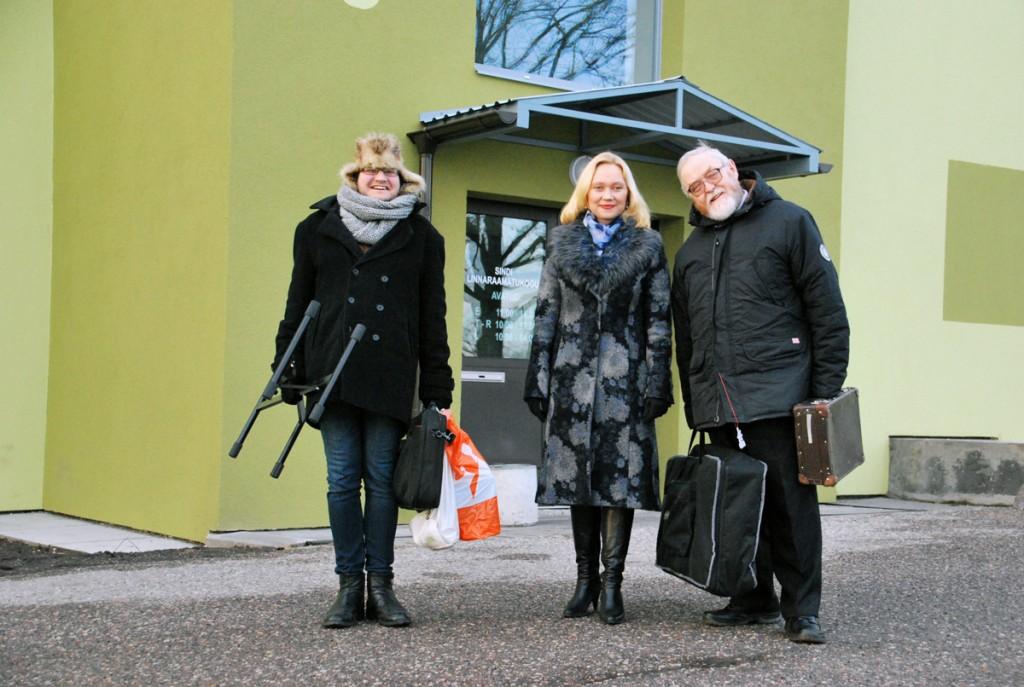 Timo Dreimann, Liina Hansen ja Jaak Känd Sindi linnaraamatukogu ukse ees Foto Urmas Saard