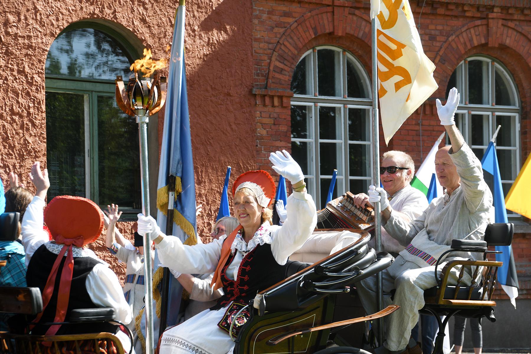 Tori ja Sindi väga vanade laulukooride esindus viib laulupeo tule Sindist Tori alevikku. Foto Urmas Saard