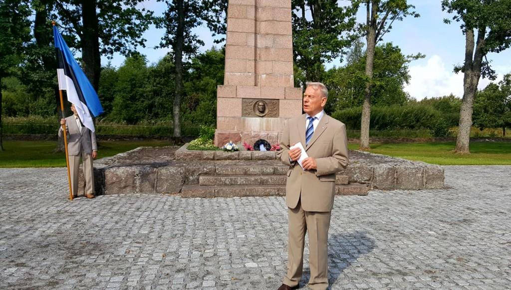 Trivimi Velliste peab kõnet Konstantin Pätsi ausamba juures. Foto Marko Šorin