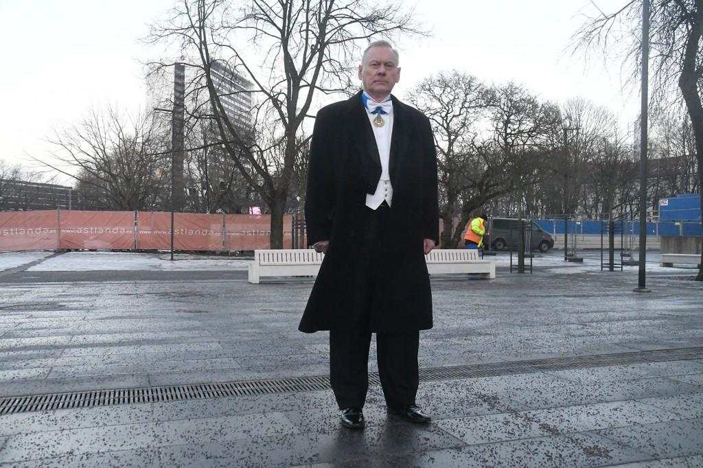 Trivimi Velliste seisab ajaloolisel Uuel turul Estonia teatrihoone taga, kuhu kavandatakse Konstantin Pätsi monumenti. Foto Urmas Saard