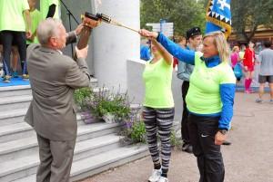 Trivimi Velliste võtab tõrvikukandjatelt mälestustule vastu Foto Urmas Saard