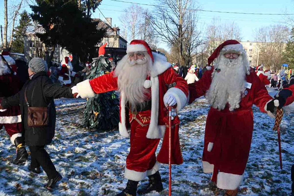 Ussitants Sindis ümber Renna jõulupuu installatsiooni. Foto Urmas Saard