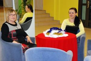 Uutel toolidel istuvad seltsimaja töötaja Ilme Prenge ja juhataja Anneli Uustalu Foto Urmas Saard