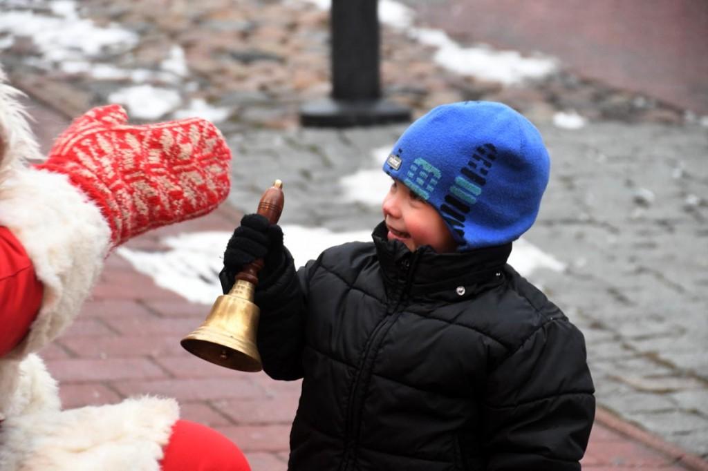 Väikemees helistab jõulutaat Ärni kellukest Foto Urmas Saard