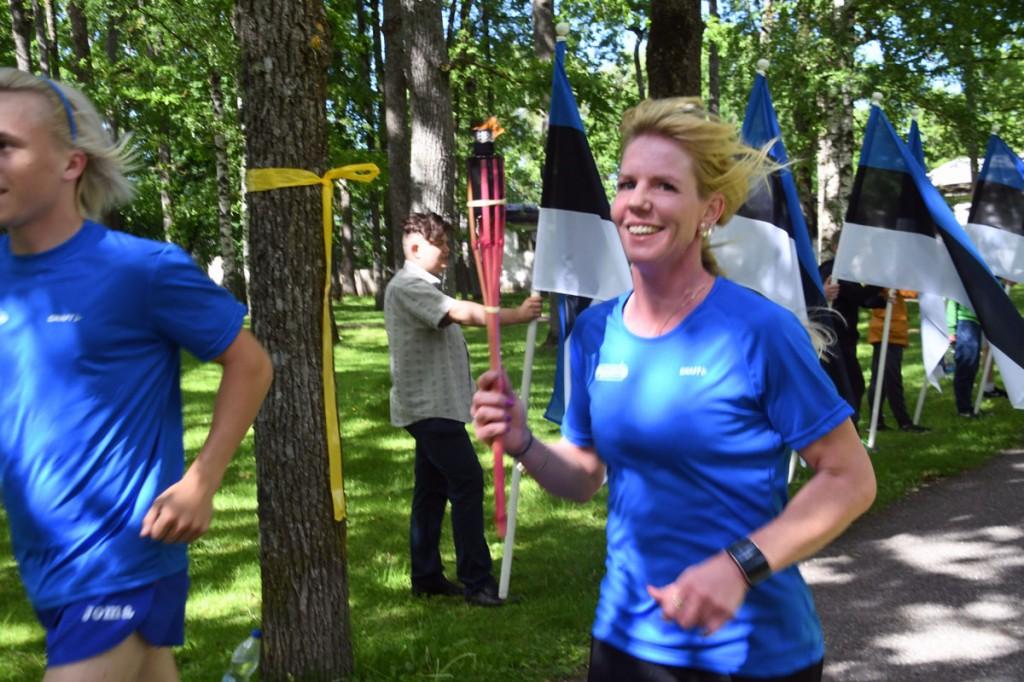 Võidupüha maratoonarid läbivad mälestustule tõrvikutega Sindi linna, kus noortevolikogu liikmed tervitavad jooksjaid lippudega Foto Urmas Saard