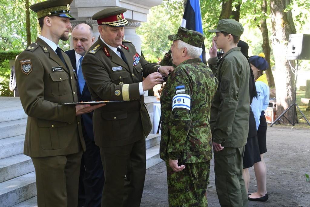 Võidutule toojatele medalite andmine Tallinna Kaitseväe kalmistul oleva mälestusehise juures Foto Urmas Saard