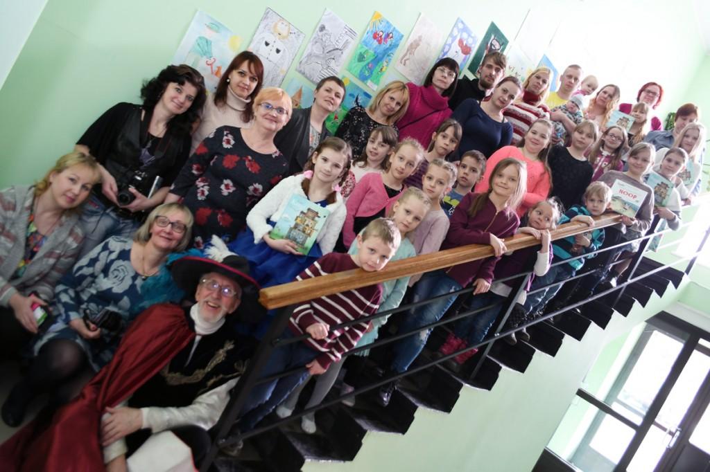 VIII Sindi lasteraamatupäeval osalejad Sindi linnaraamatukogu trepil Foto Urmas Saard