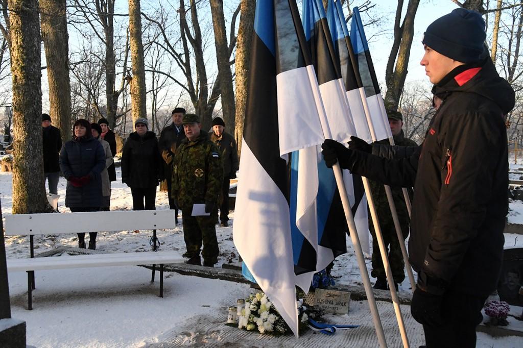 Vabadussõja 100. aastapäeva hommikul Sindi Vanal kalmistul Foto Urmas Saard