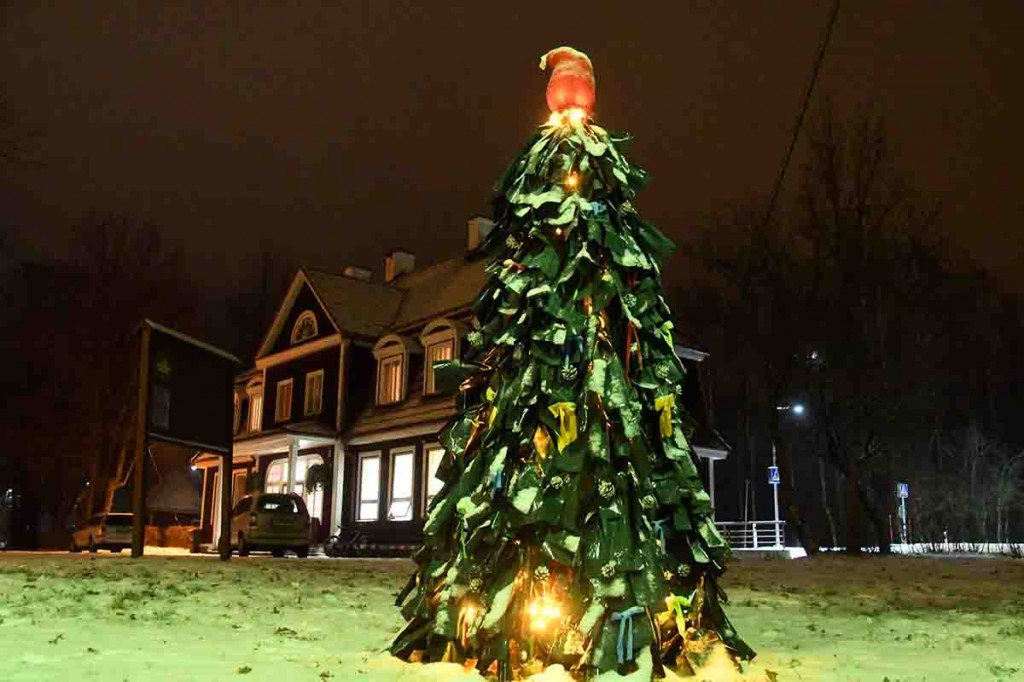 Valgel lumel ja tulede säras paistab väike jõulupuu installatsioon eriti mõjuvalt silma. Foto Urmas Saard