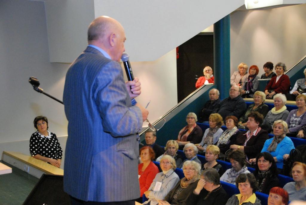 Valter Parve esineb Pärnu Tervise konverentsisaalis väärikate ülikooli kuulajatele Foto Urmas Saard