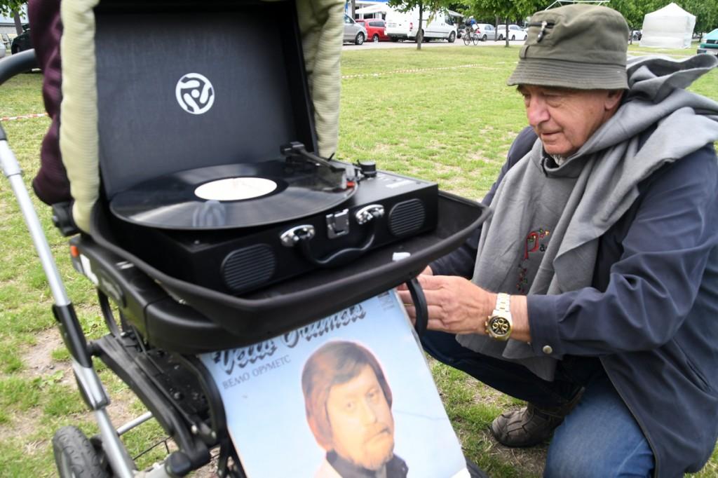Valter Parve meenutab plaadi mängitamisega Vello Orumetsa ja teeb hansapäevaliste tuju heaks Foto Urmas Saard