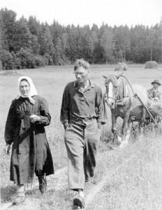 Soovere Ericut saatva kodoküläst är esä Soe Viido üten hobõsõ Lauguga, imä Liisa ja veli Karl. Pilt raamadust «Käru ja kaameraga»
